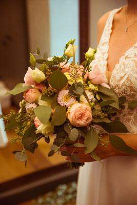 Hochzeitsbild von Jacqueline und Fabian Brautstrauß fotografiert von Timo Erlenwein Fotografie