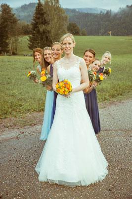 Hochzeitsbild von Susanne und ihren Brautjungfern hintereinander von Hochzeitsfotograf Timo Erlenwein