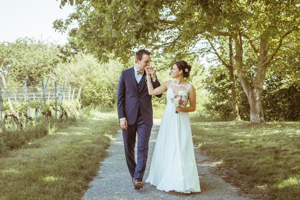 Hochzeitsfoto Anne und Tobi Bräutigam und Braut laufen lachend fotografiert von Timo Erlenwein Fotografie