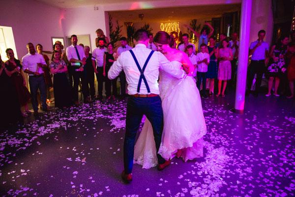 Hochzeitsbild von Anne und Daniel beim Hochzeitstanz von Konfetti umgeben von Hochzeitsfotograf Timo Erlenwein