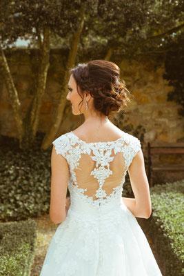 Hochzeitsfoto Alena und Salvatore vom Rücken im Hochzeitskleid fotografiert von Timo Erlenwein Fotografie