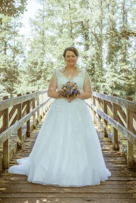 Hochzeitsbild von der Braut Jenny auf der Rheinbrücke von Hochzeitsfotograf Timo Erlenwein