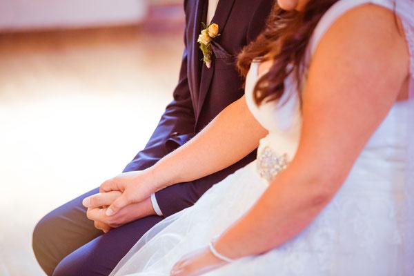 Hochzeit Valerie Simon Hand halten in der Kirche fotografiert von Timo Erlenwein Hochzeitsfotograf