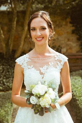 Hochzeitsfoto Alena und Salvatore Braut lächelnd mit Brautstrauß fotografiert von Timo Erlenwein Fotografie
