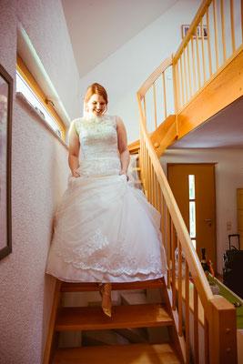 Hochzeitsbild von Anne im Brautkleid beim Getting-Ready von Hochzeitsfotograf Timo Erlenwein