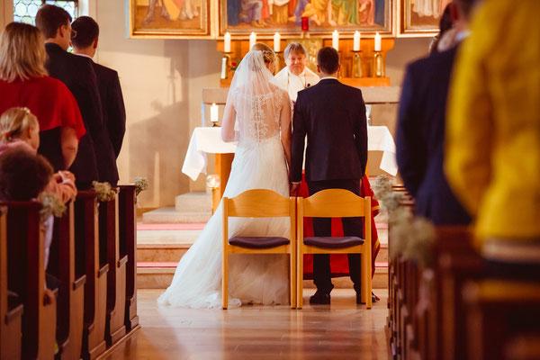 Hochzeitsbild von Susanne und Wolfgang in der Kirche in Köndringen von Hochzeitsfotograf Timo Erlenwein