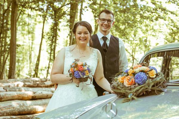 Hochzeitsbild von Jenny und Marius beim Shooting mit dem Hochzeitsauto von Hochzeitsfotograf Timo Erlenwein