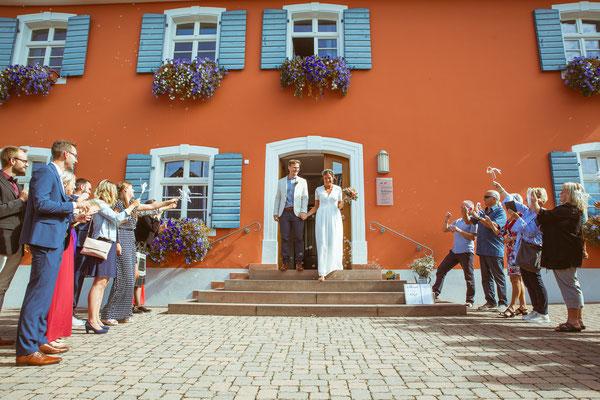 Hochzeitsfoto von Anja und Guido beim Ausmarsch aus dem Standesamt von Timo Erlenwein Fotografie