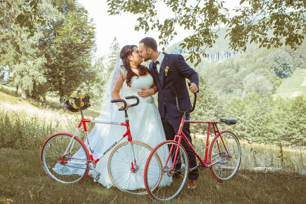 Hochzeit Valerie Simon Pärchenbild mit Fahrrädern fotografiert von Timo Erlenwein Hochzeitsfotograf