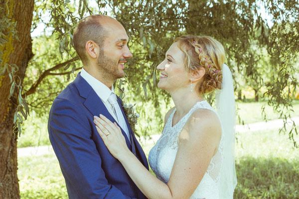 Hochzeitsbild von Julia und Clemens unter einer Weide in Malterdingen von Timo Erlenwein Fotografie