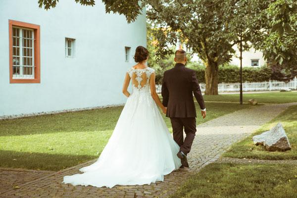 Hochzeitsfoto Alena und Salvatore weglaufen beim Shooting fotografiert von Timo Erlenwein Fotografie