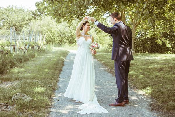 Hochzeitsfoto Anne und Tobi Bräutigam bewundert Braut fotografiert von Timo Erlenwein Fotografie