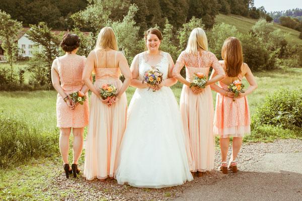 Hochzeitsbild von Jenny und ihren Brautjungfern von Hochzeitsfotograf Timo Erlenwein