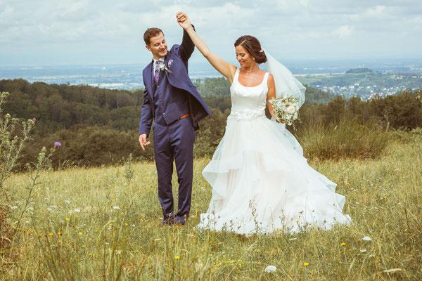 Hochzeitsfoto von Verena und Daniel Brautpaarshooting im Feld fotografiert von Timo Erlenwein Fotografie