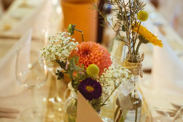 Hochzeitsbild von Julia's und Clemens' Tischdeko in der Location von Timo Erlenwein Fotografie