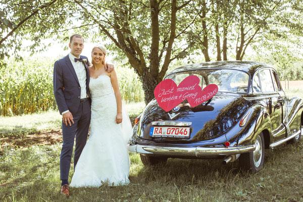 Hochzeit Kerstin und Georg Hochzeitsshooting an Hochzeitsauto fotografiert von Timo Erlenwein Fotografie