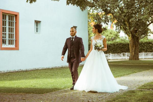 Hochzeitsfoto Alena und Salvatore laufend beim Shooting fotografiert von Timo Erlenwein Fotografie