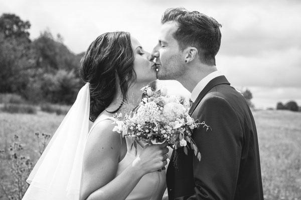 Hochzeitsfoto von Verena und Daniel Kuss beim Brautpaarshooting fotografiert von Timo Erlenwein Fotografie