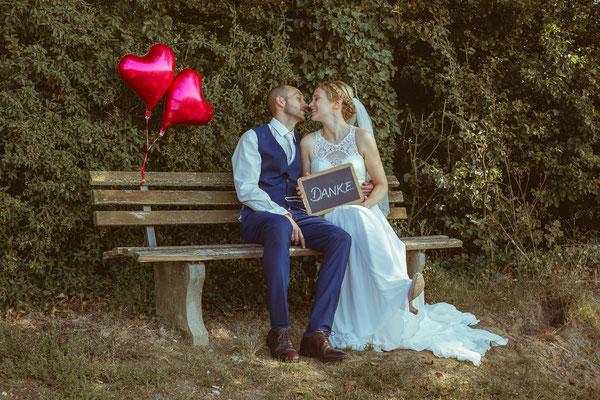 Hochzeitsbild von Julia und Clemens auf einer Bank in den Reben in Malterdingen von Timo Erlenwein Fotografie