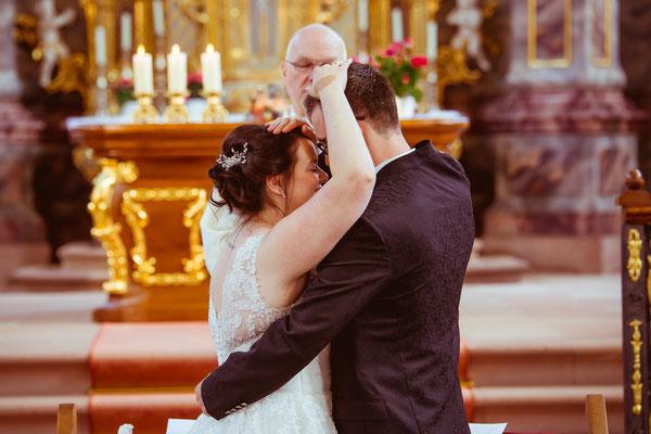Hochzeitsbild von Jenny und Marius beim Segen in der Kirche von Hochzeitsfotograf Timo Erlenwein