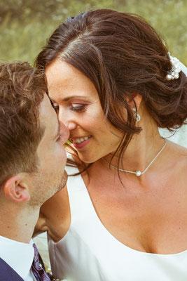 Hochzeitsbild Verena und Daniel lächelnd beim Hochzeitsshooting fotografiert von Timo Erlenwein Fotografie