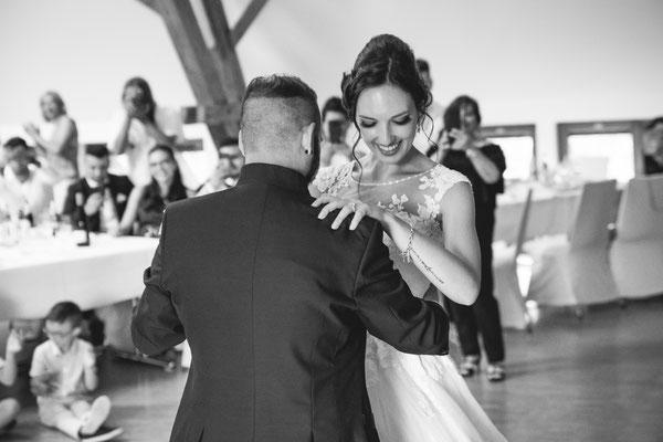 Hochzeitsfoto Alena und Salvatore lachend beim Hochzeitstanz fotografiert von Timo Erlenwein Fotografie