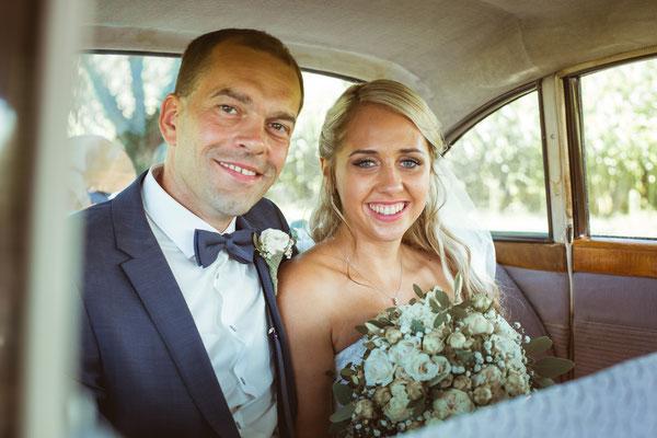 Hochzeit Kerstin und Georg Hochzeitsshooting in Hochzeitsauto fotografiert von Timo Erlenwein Fotografie