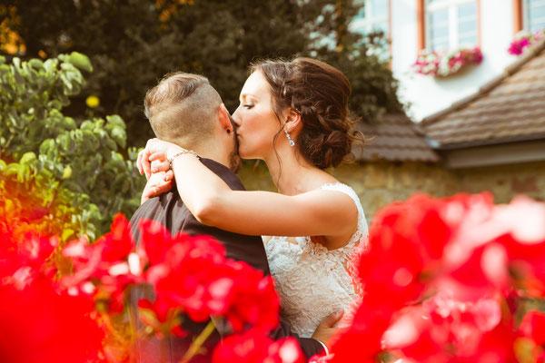 Hochzeitsfoto Alena und Salvatore Brautpaarshooting Kuss fotografiert von Timo Erlenwein Fotografie