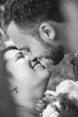 Hochzeit Valerie Simon close-up von Brautpaar bei einem Kuss fotografiert von Timo Erlenwein Hochzeitsfotograf