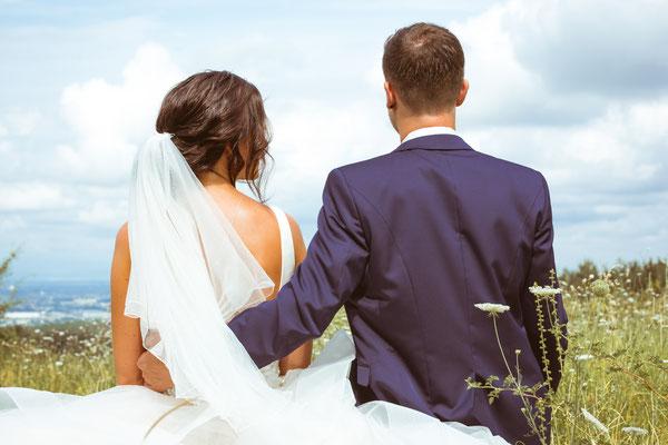 Hochzeitsbild Verena und Daniel von hinten beim Brautpaarshooting fotografiert von Timo Erlenwein Fotografie