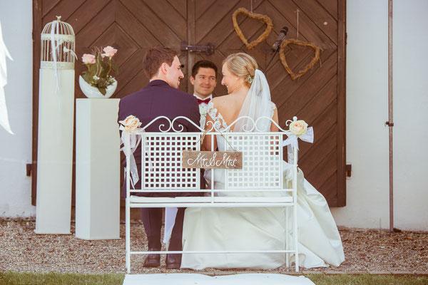 Verliebte Blicke des Brautpaars während der Trauung - von Hochzeitsfotograf Timo Erlenwein