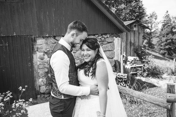 Hochzeit Valerie Simon Brautpaar-Shooting an der Hütte fotografiert von Timo Erlenwein Hochzeitsfotograf