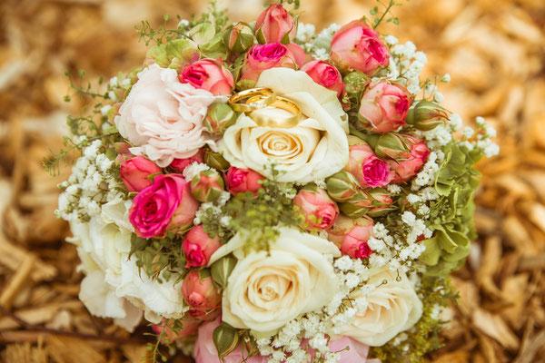 Hochzeitsfoto Anne und Tobi Brautstrauß mit Ringen fotografiert von Timo Erlenwein Fotografie
