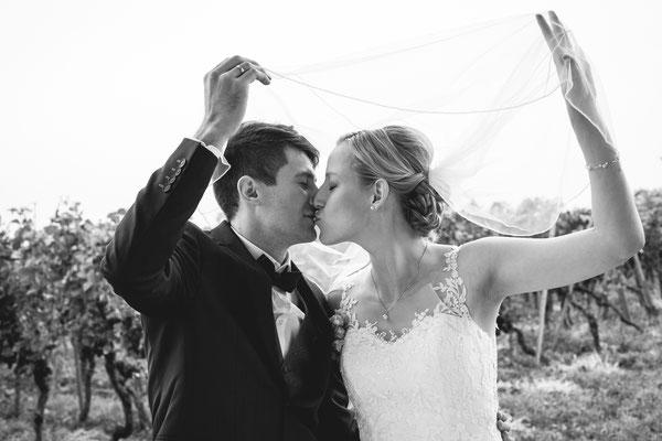 Hochzeitsbild von Susanne und Wolfgang mit Kuss unter dem Schleier von Hochzeitsfotograf Timo Erlenwein