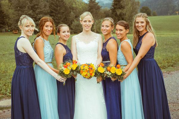 Hochzeitsbild von Susanne und ihren Brautjungfern mit ihren Sträußen von Hochzeitsfotograf Timo Erlenwein