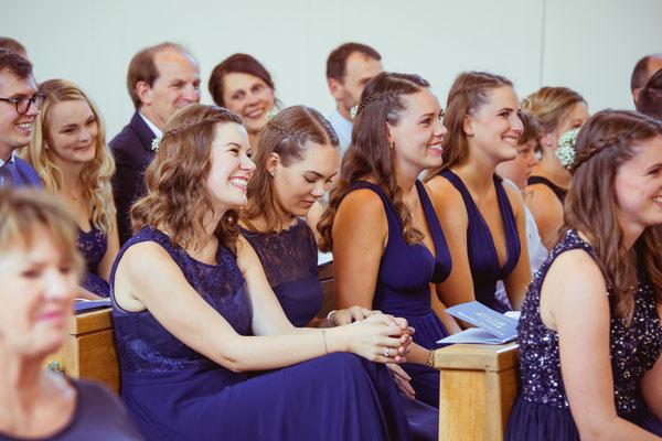 Hochzeitsbild von den Brautjungfern in der Kirche von Hochzeitsfotograf Timo Erlenwein
