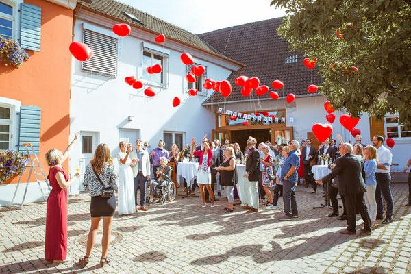 Hochzeitsfoto von Anja und Guido beim Luftballons steigen lassen vor dem Standesamt von Timo Erlenwein Fotografie