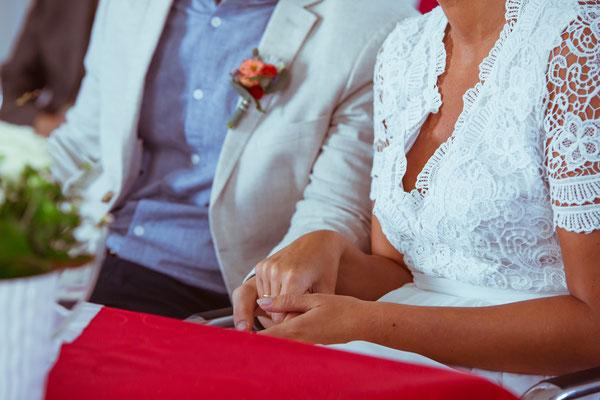Hochzeitsfoto von Anja und Guido beim Händchenhalten im Standesamt von Timo Erlenwein Fotografie