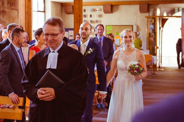 Hochzeitsbild von Julia und Clemens beim Einmarsch in die Kirche in Malterdingen von Timo Erlenwein Fotografie