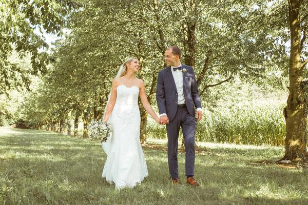 Hochzeit Kerstin und Georg Hochzeitsshooting laufend unter Obstbäumen fotografiert von Timo Erlenwein Fotografie