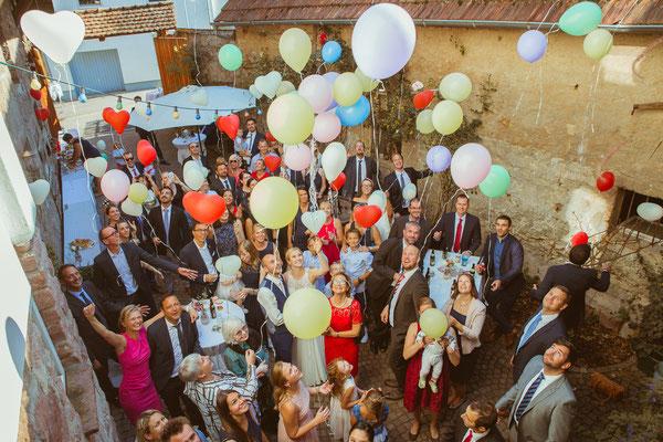 Hochzeitsbild von Julia und Clemens beim Luftballons steigen lassen während dem Sektempfang von Timo Erlenwein Fotografie