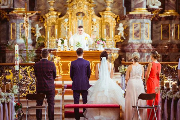 Hochzeitsbild Verena und Daniel in der Kirche von hinten mit Trauzeugen fotografiert von Timo Erlenwein Fotografie