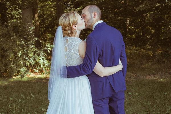 Hochzeitsbild von Julia und Clemens mit Kuss von hinten von Timo Erlenwein Fotografie