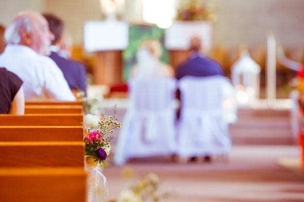 Hochzeitsbild von Julia und Clemens von hinten in der Kirche in Malterdingen von Timo Erlenwein Fotografie