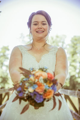 Hochzeitsbild von der Braut Jenny und ihrem Brautstrauß von Hochzeitsfotograf Timo Erlenwein