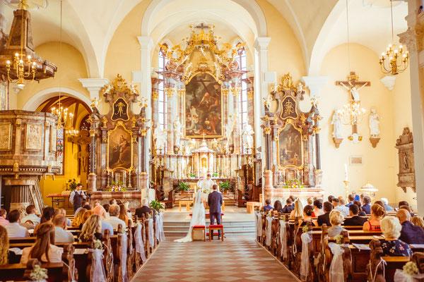 Hochzeit Kerstin und Georg von hinten in der Kirche fotografiert von Timo Erlenwein Fotografie