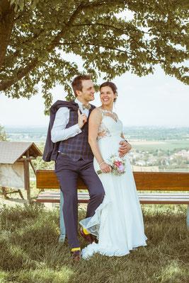 Hochzeitsfoto Anne und Tobi Brautpaar in den Reben fotografiert von Timo Erlenwein Fotografie