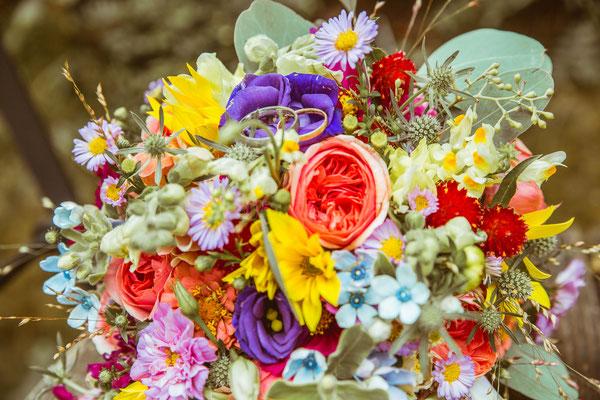 Hochzeitsfoto von Anjas Brautstrauß und den Trauringen von Timo Erlenwein Fotografie