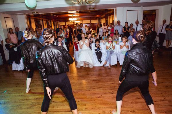 Hochzeitsbild von Susanne und Wolfgang während eines Tanzes von Susannes Mädels von Hochzeitsfotograf Timo Erlenwein