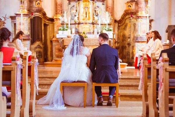 Hochzeit Valerie Simon von hinten in der Kirche fotografiert von Timo Erlenwein Hochzeitsfotograf